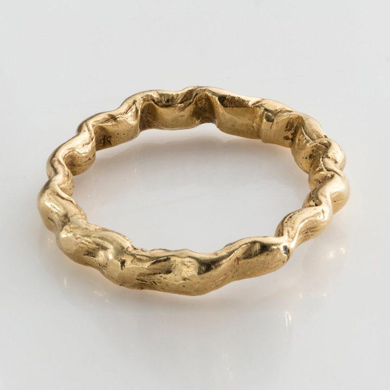 Baroque 8 ring in 18k gold.